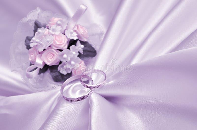 Anillos de bodas y ramo imagenes de archivo