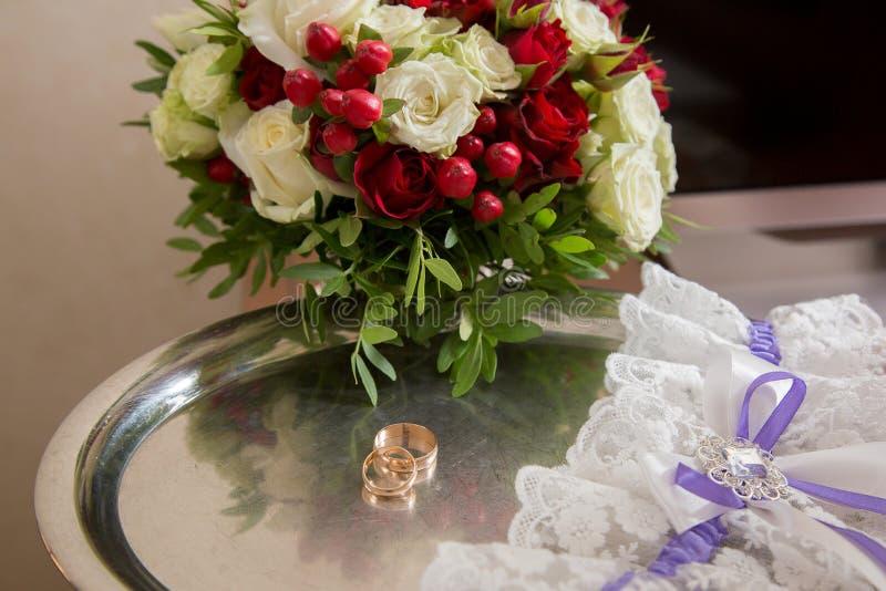 Anillos de bodas y ramo nupcial en el día que se casa fotos de archivo libres de regalías