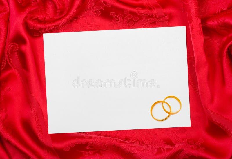 Anillos de bodas y tarjeta de papel imagen de archivo