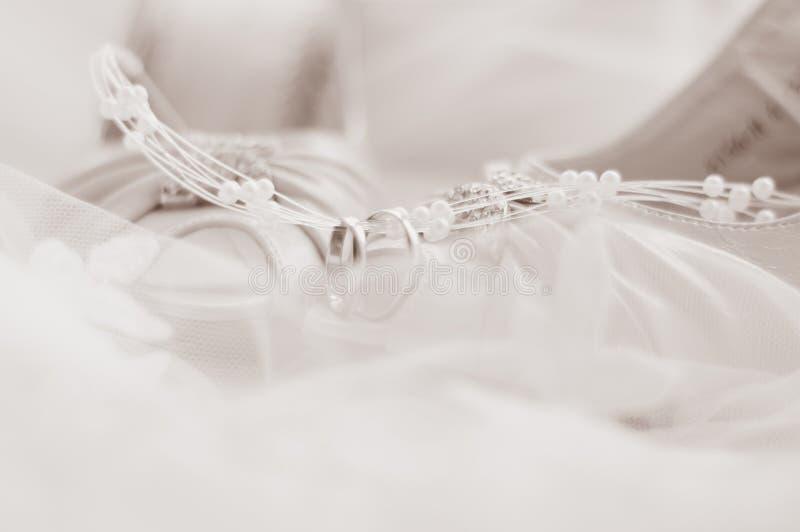 Anillos de bodas y zapatos de la boda fotos de archivo libres de regalías