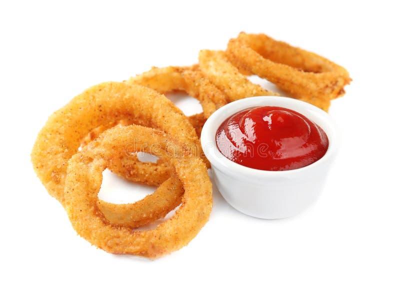 Anillos de cebolla empanados fritos con la salsa de tomate fotografía de archivo