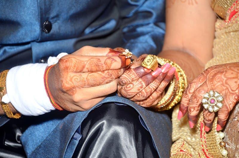 Anillos de compromiso indios de las demostraciones de los pares imagen de archivo