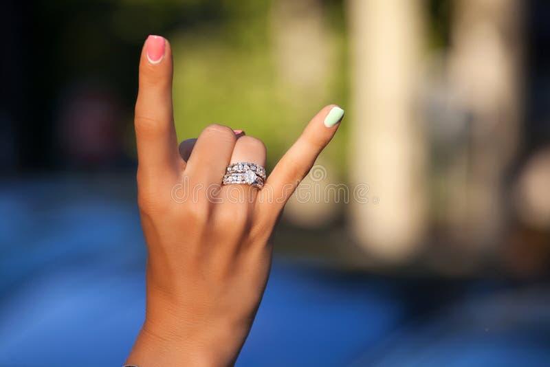 Anillos de diamante en el finger de la mujer imagenes de archivo