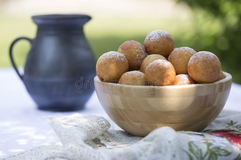 Anillos de espuma en azúcar en polvo Pequeñas bolas de c hecha en casa recientemente cocida fotos de archivo