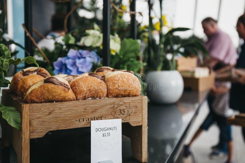 Anillos de espuma en venta en un café dentro del jardín del cielo, Londres, Reino Unido foto de archivo