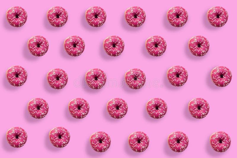 Anillos de espuma sabrosos coloridos en fondo rosado Muchos anillos de espuma en fondo brillante imágenes de archivo libres de regalías