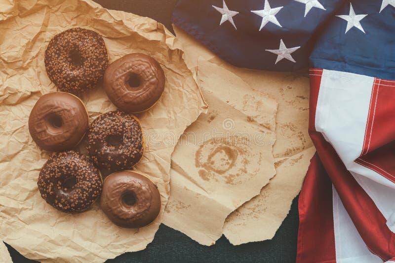 Anillos de espuma y bandera americana, visión superior del chocolate dulce imagen de archivo libre de regalías
