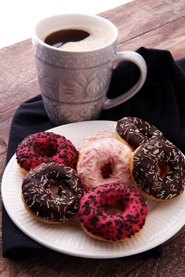 Anillos de espuma y café para un desayuno dulce en fondo de madera fotografía de archivo libre de regalías