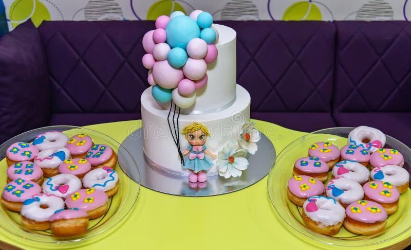Anillos de espuma y torta de cumpleaños fotografía de archivo