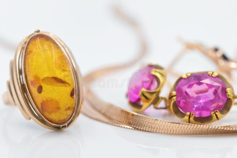 Anillos de oro con los diamantes y el ámbar fotos de archivo libres de regalías