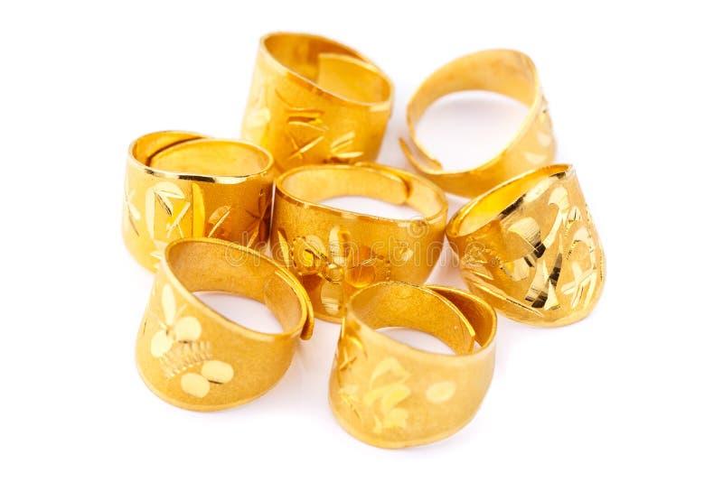 Anillos de oro sólido puros en el fondo blanco fotografía de archivo