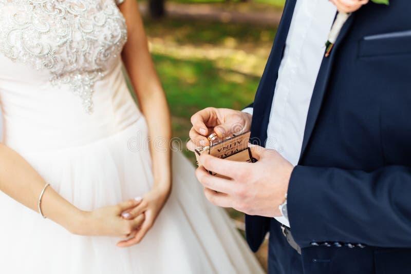 Anillos del desgaste de novia y del novio, primer de los anillos fotografía de archivo