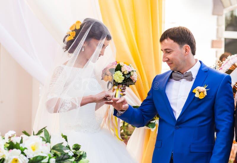 Anillos del intercambio de los recienes casados fotos de archivo