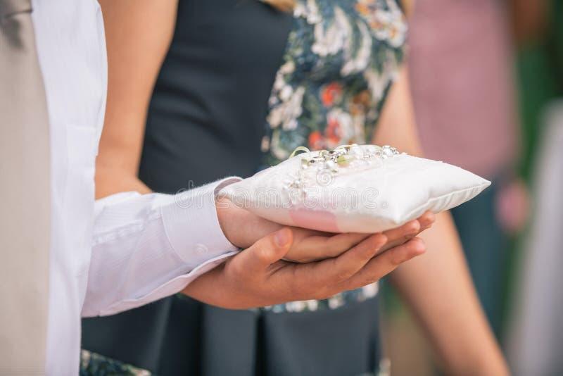 Anillos del intercambio de los recienes casados, mano del ` s de la novia del control del novio fotos de archivo