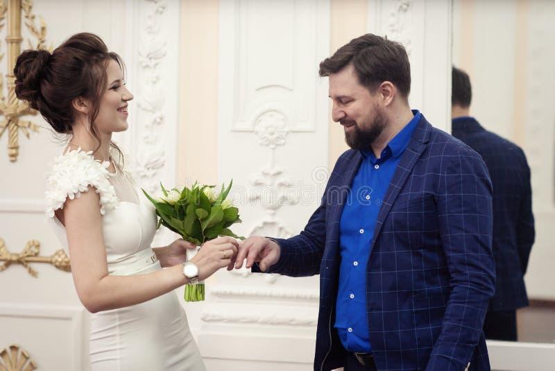 Anillos del intercambio de novia y del novio fotos de archivo