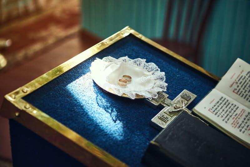 Anillos en una ceremonia que se casa en la iglesia imagen de archivo