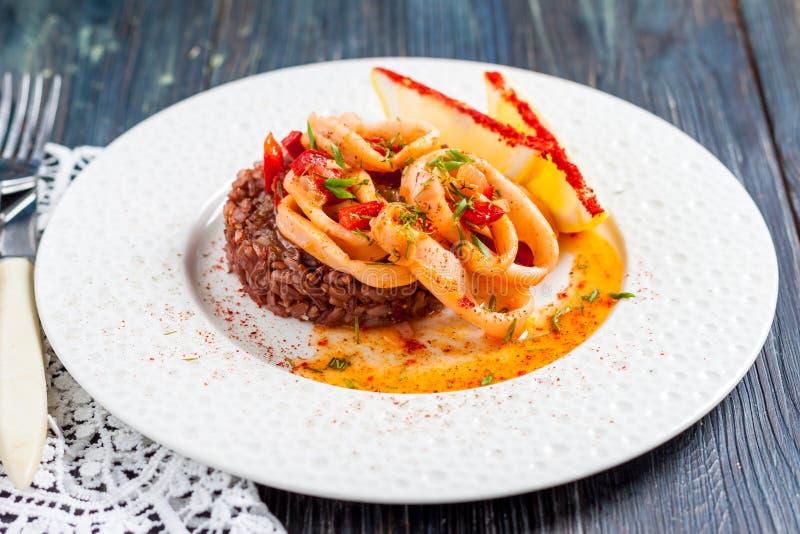 Anillos fritos del calamar con arroz rojo fotografía de archivo libre de regalías