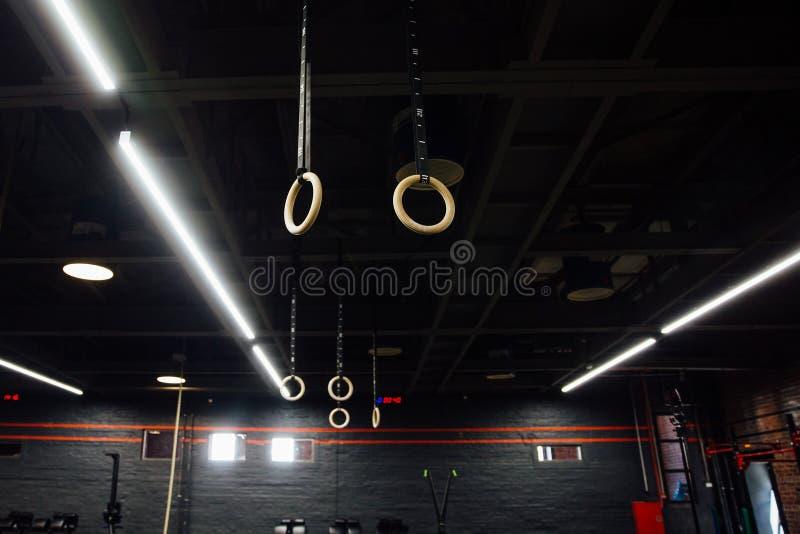 Anillos gimnásticos de madera dentro del desván del gimnasio nadie fotos de archivo libres de regalías
