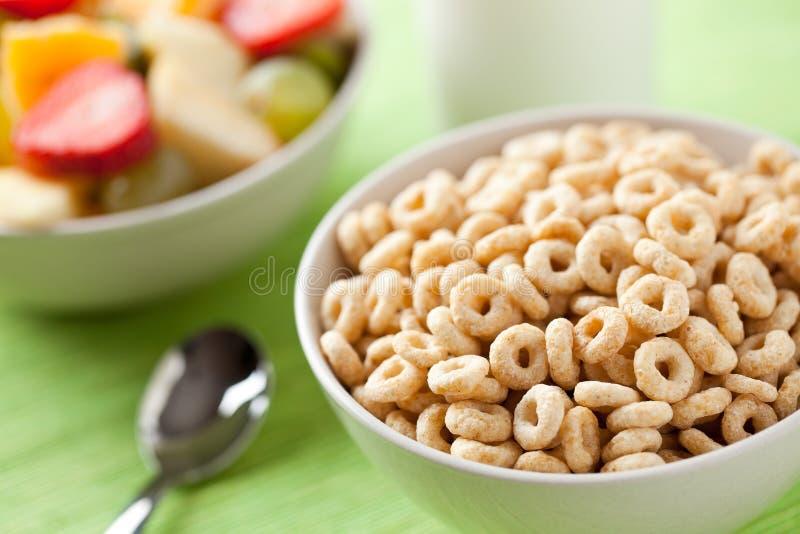 Anillos y fruta de los cereales imagen de archivo libre de regalías