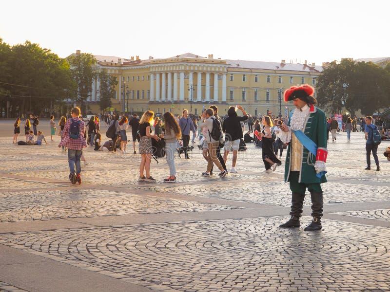 Animacja na pałac kwadracie w St Petersburg Dziejowy Peter królewiątko jest z telefonem komórkowym Rosja Lato 2017 zdjęcia stock