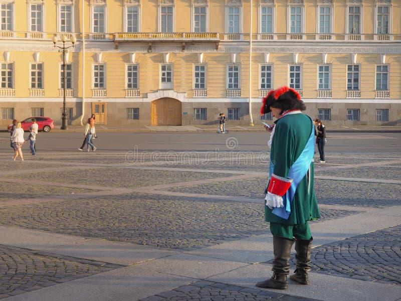 Animacja na pałac kwadracie w St Petersburg Dziejowy Peter królewiątko jest z telefonem komórkowym Rosja Lato 2017 obraz stock