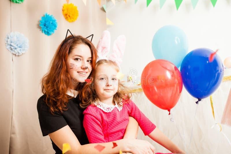 Animador con la muchacha linda que juega con los globos imagenes de archivo