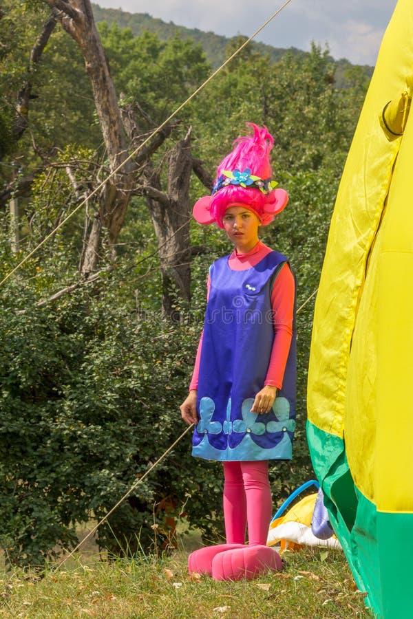 Animador de la actriz de la chica joven en traje fabuloso en parque del otoño imagen de archivo libre de regalías