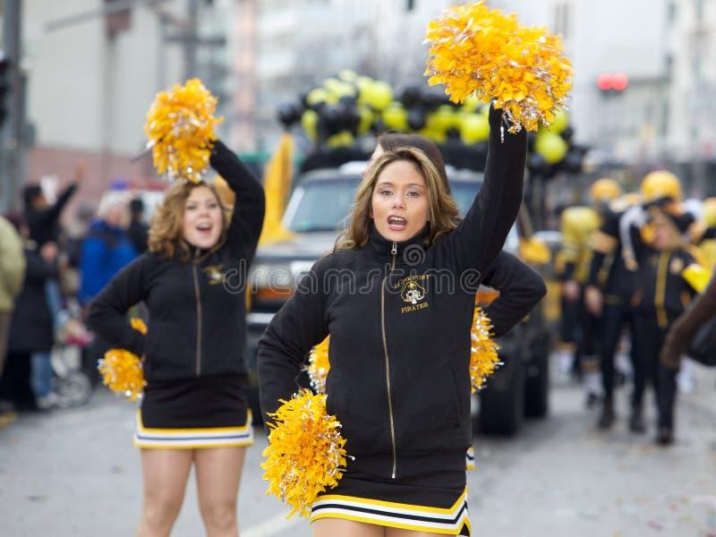 Animadoras en el desfile 2010 de la calle del carnaval fotos de archivo