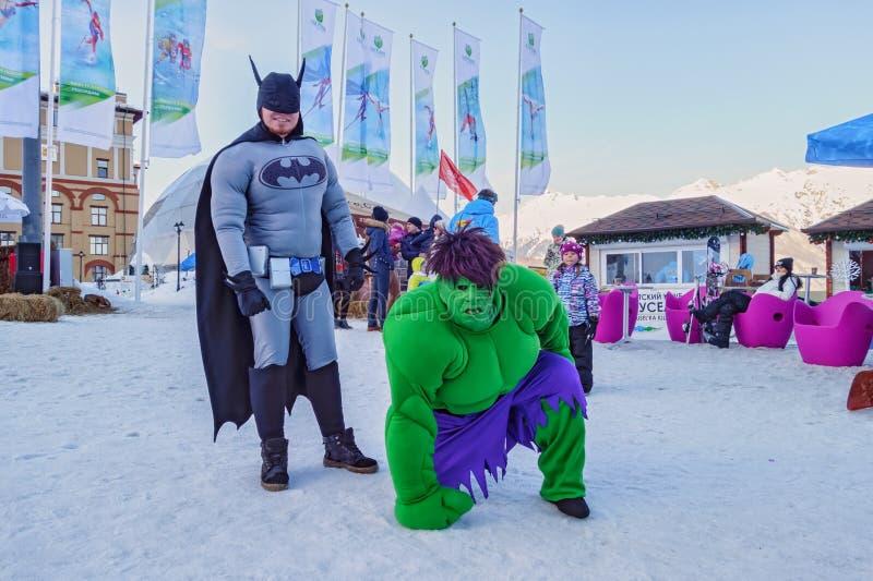 Animadores de los hombres que llevan los trajes de la gente entretenida de Batman y de señor Hide con la demostración espantosa e foto de archivo libre de regalías