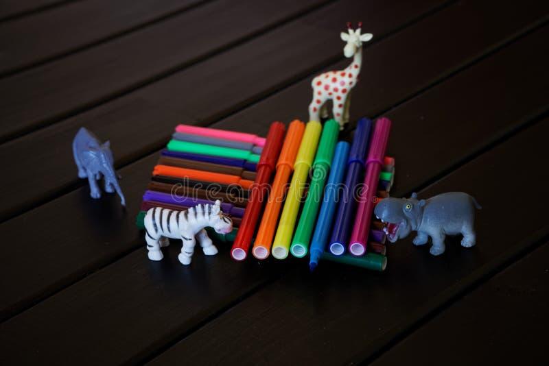 Animais africanos com olhar da curiosidade no feltro-si multi-colorido fotografia de stock royalty free