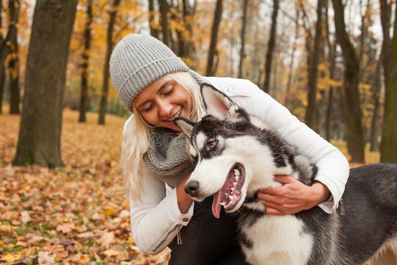 Animal doméstico del perro y mujer sonriente fotos de archivo libres de regalías