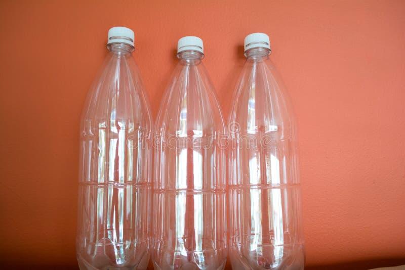 ANIMAL FAMILIER en plastique de bouteilles, r?utiliser, r?utiliser et arr?ter la pollution photos stock