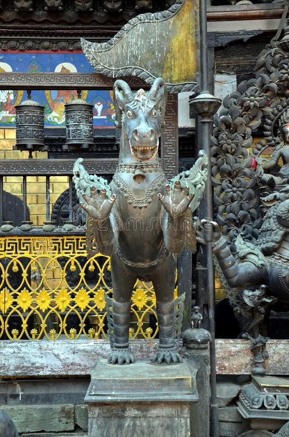 Animal mitológico no templo budista imagens de stock