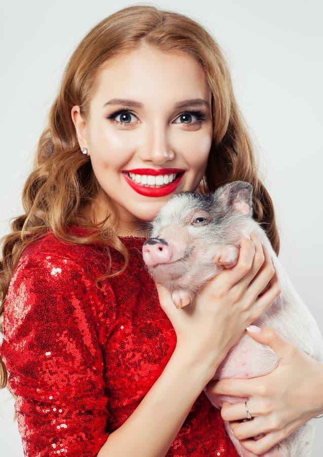 Animale domestico sorridente del maiale e della donna Fronte di modello femminile con trucco ed il ritratto lungo dei capelli immagine stock libera da diritti