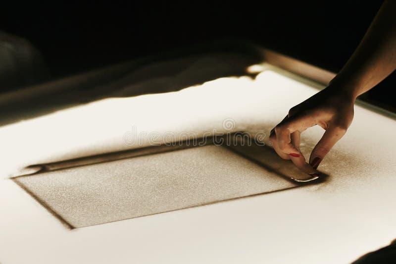 Animation de sable à la réception de mariage Dessin de main sur le sable sur le caisson lumineux dans la chambre noire, expositio images stock