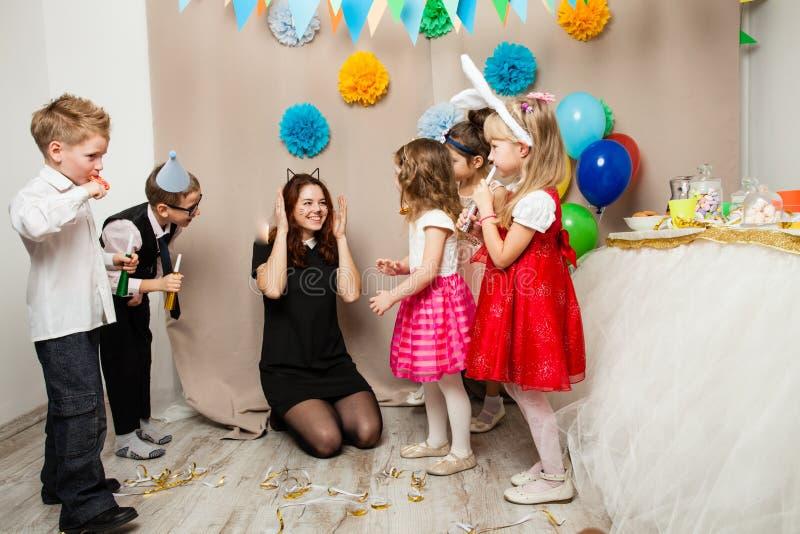 Animator bawić się z dzieciakami na przyjęciu urodzinowym fotografia royalty free