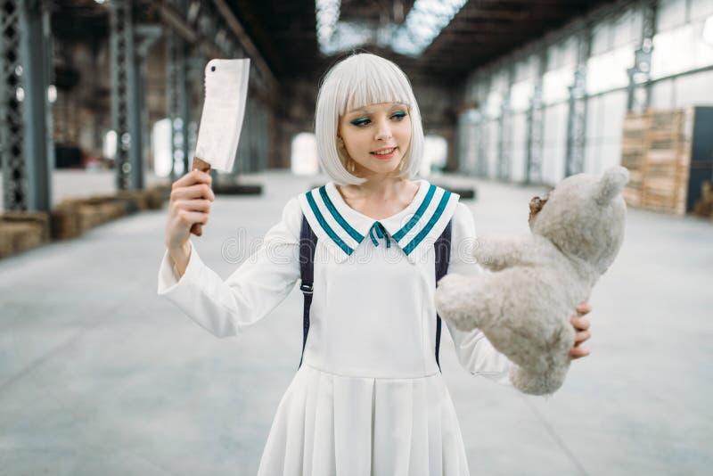 Anime blondynki stylowa dziewczyna z nożem i misiem obraz stock