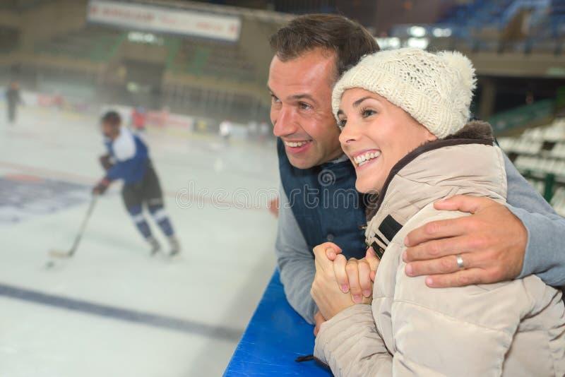 Animowanego pary dopatrywania gemowy lodowy hokej obraz stock