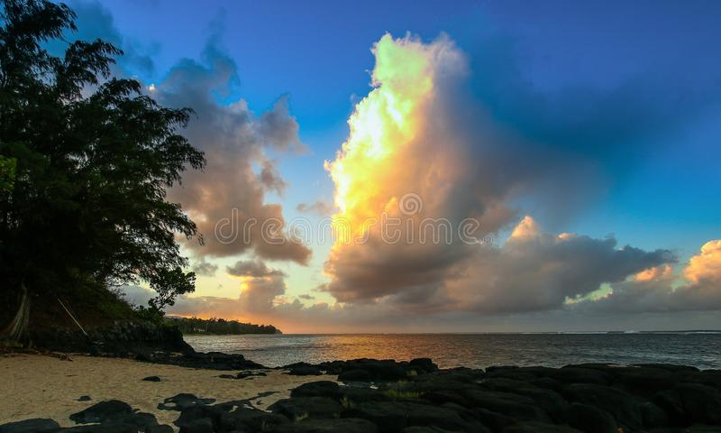 Anini plaża przy półmrokiem fotografia royalty free
