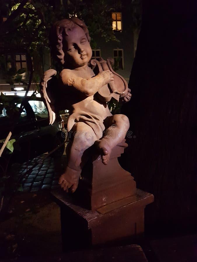 Anioł grający w złamane skrzypce miasta Berlin fotografia stock