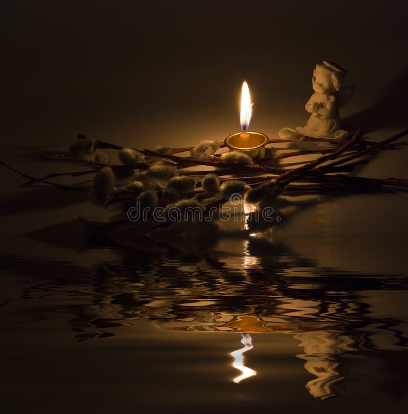 Anioł i płonąca świeczka zdjęcie royalty free