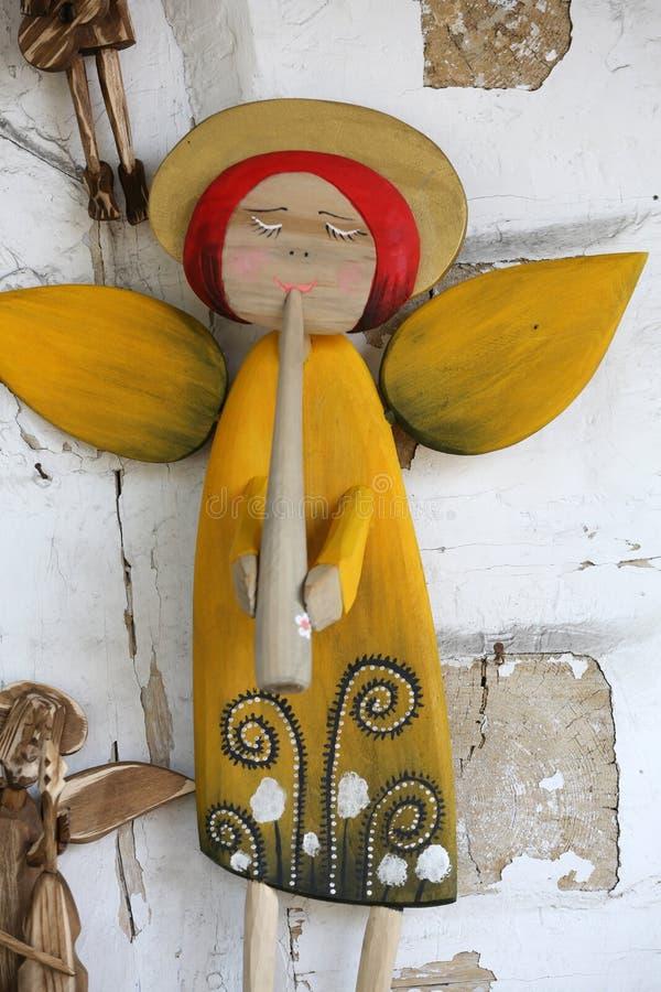 Anioł malujący ręcznie na drewnianej ścianie obrazy royalty free