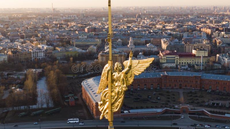 Anioł na iglicie Peter i Paul katedra w St Petersburg przy zmierzchem w górę, widok z lotu ptaka fotografia royalty free