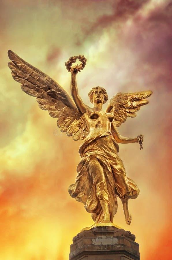 Anioł niezależność przeciw dramatycznemu niebu w Meksyk, zdjęcia stock