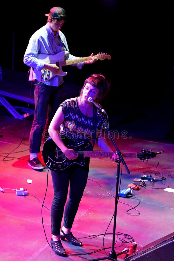 Anioł Olsen Amerykański lud, indie gitarzysta i rockowy piosenkarz podnoszący w Missouri w koncercie przy Heineken Primavera dźwi zdjęcia royalty free