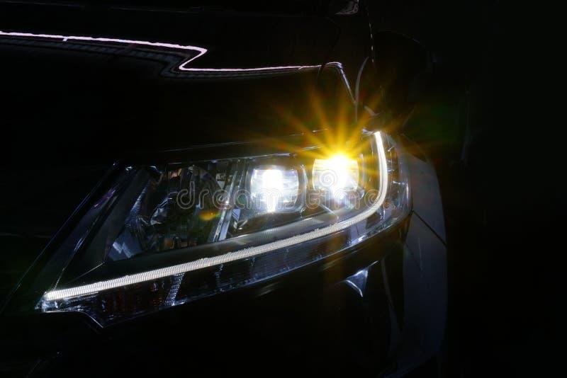 Anioł przygląda się ksenonu reflektoru optyka rozjarzonego obiektyw zdjęcie stock