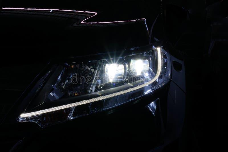 Anioł przygląda się ksenonu reflektoru optyka rozjarzonego obiektyw obraz royalty free
