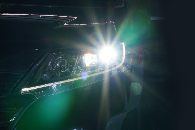 Anioł przygląda się ksenonu reflektoru optyka rozjarzonego obiektyw zdjęcia royalty free