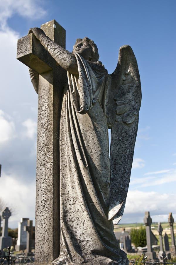 Anioł statua obejmuje krzyża i celta cmentarz zdjęcie royalty free