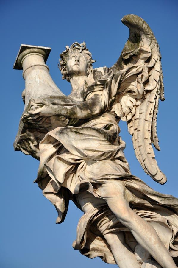 Anioł statua przeciw niebieskiemu niebu włochy Rzymu fotografia stock